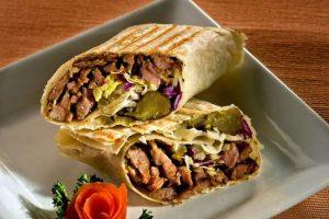 الأردنيون يُعيّدون بالوجبات السريعة