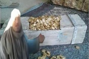 شاهد بالفيديو مواطن مصري يدعي بإكتشاف كنز قارون ويطالب الحكومة المصرية من استخراجه