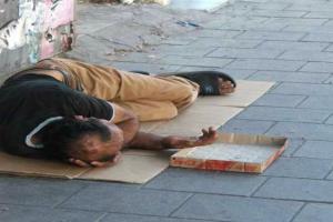 شاب اردني في العاصمة المصرية القاهرة ينام على أرصفة الطرقات جائعاً مفلساً