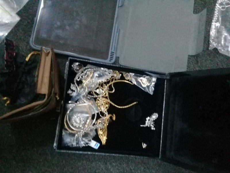 59cad70894429 - صور / مواطن يعثر على حقيبة بها مجوهرات ومصوغات ذهبية قيمتها 250 الف ريال