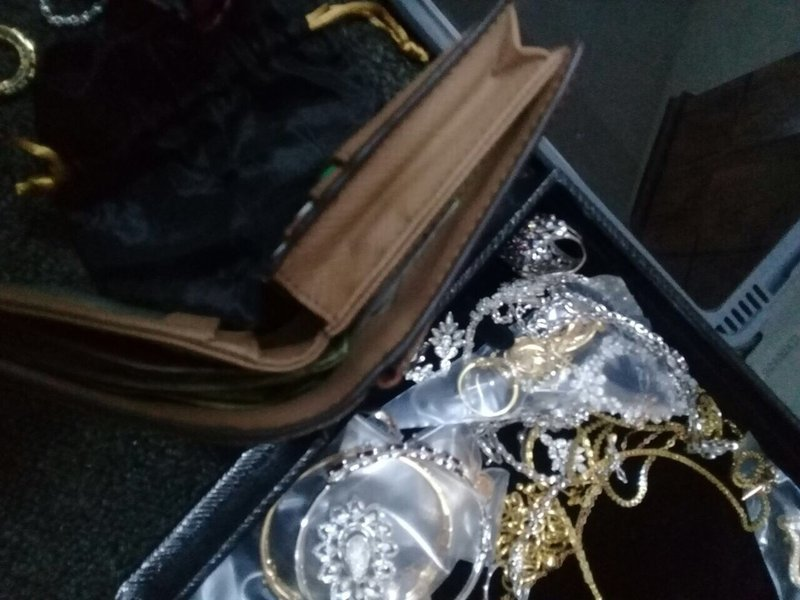 59cad708a3502 1 - صور / مواطن يعثر على حقيبة بها مجوهرات ومصوغات ذهبية قيمتها 250 الف ريال