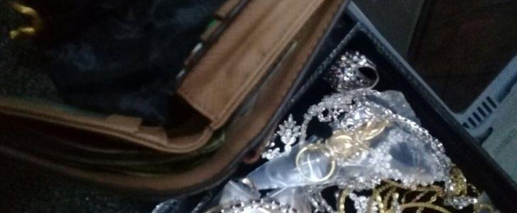 صور / مواطن يعثر على حقيبة بها مجوهرات ومصوغات ذهبية قيمتها 250 الف ريال