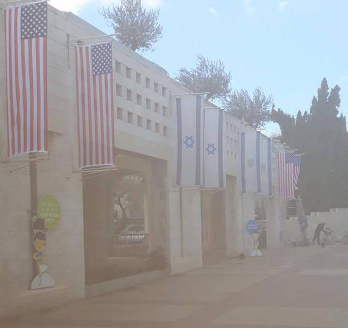 .jpg - بالصور بلدية الأحتلال تُعلّق الأعلام الأسرائيلة والأمريكية في القدس