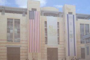 بالصور بلدية الأحتلال تُعلّق الأعلام الأسرائيلة والأمريكية في القدس