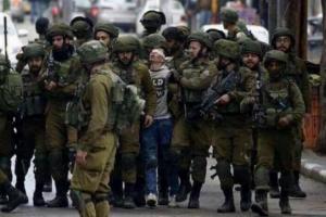 طفل فلسطيني يعتقله أكثر من 20 جندي اسرائيلي دليلا على خوفهم منه