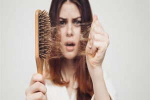 طرق الوقاية من تساقط الشعر وأسبابه وأهم وصفات العناية بالشعر