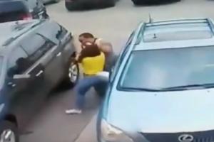 شاهد بالفيديو شاب يعتدي على أم وأبنتها بسبب موقف السيارات