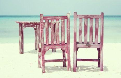 تفسير منام الجلوس مع شخص آخر على كرسي خشبي