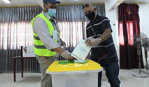 تحقيق في الفيديو المتداول يظهر كتيبات اقتراع خارج الصناديق في محافظة اربد